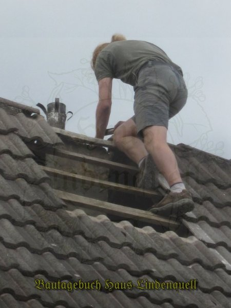 Vorsichtig damit nichts auf Dach und weiter fällt