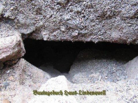 Die Erde rutscht nach. eine Loch...